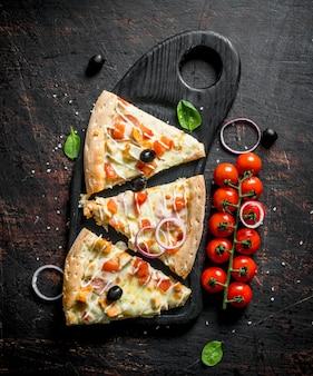 Duftende pizzastücke auf einem schneidebrett.