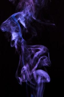Duftender dampf des abstrakten purpurroten zerstäubers über schwarzem hintergrund