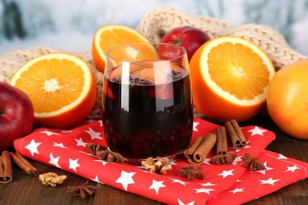 Duftender glühwein im glas auf serviette auf winteroberfläche