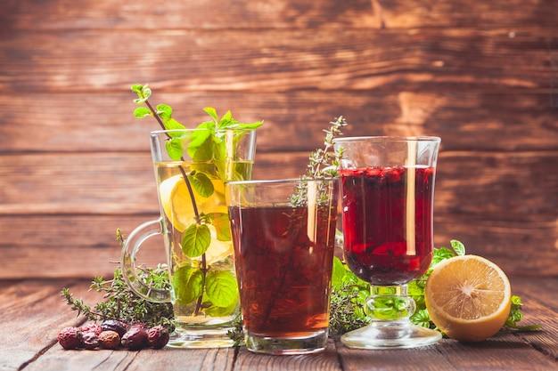Duftender kräutertee mit thymian, minze, cranberry, zitrone für die gesundheit im winter