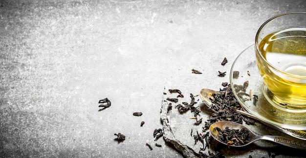 Duftender tee in tasse auf stein