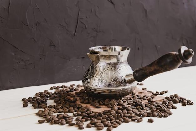 Duftender türkischer kaffee mit bohnen