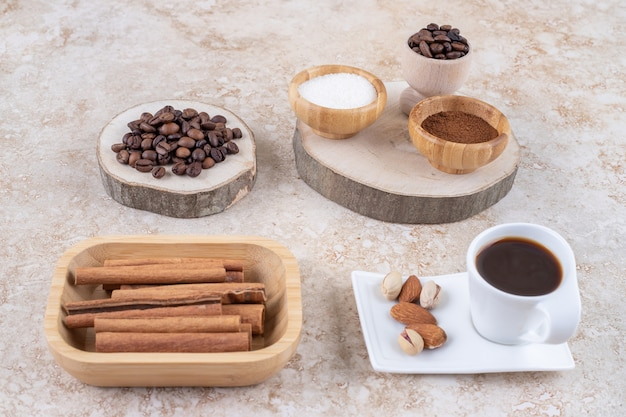 Duftendes arrangement mit zimt, kaffee, zucker und nüssen Kostenlose Fotos
