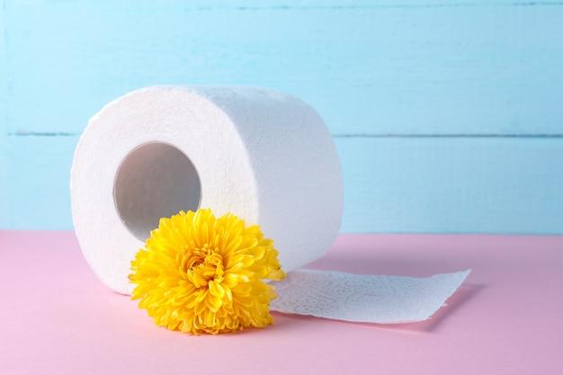 Duftendes toilettenpapier und eine gelbe blume. toilettenpapier mit einem geruch. hygiene