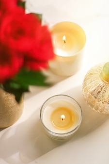 Duftkerzen-kollektion als luxuriöser spa-hintergrund und badezimmer-wohnkultur-bio-aroma-kerze für ...