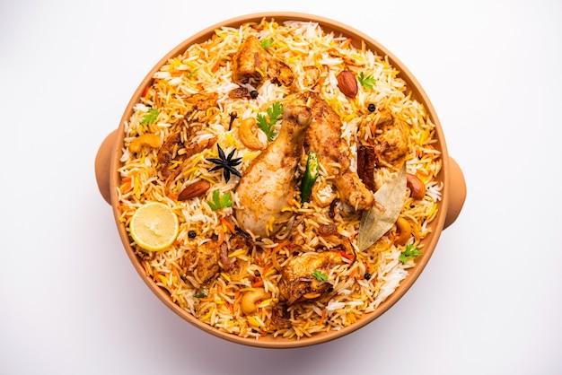 Dum handi chicken biryani wird in einem ton- oder tontopf namens haandi zubereitet. beliebtes indisches nicht vegetarisches essen