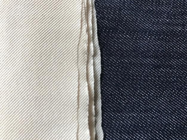 Dunkelblaue jeans mit seidenpapier.