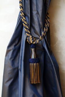 Dunkelblaue vorhänge mit seil