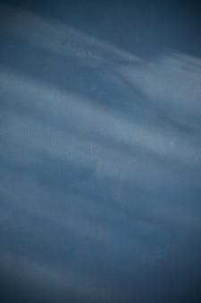 Dunkelblauer hintergrund mit sonnenlicht und schatten