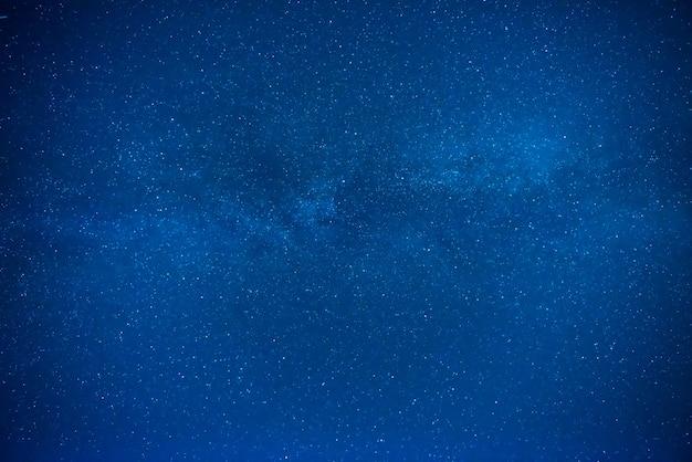 Dunkelblauer nachthimmel mit vielen sternen, galaxiehintergrund