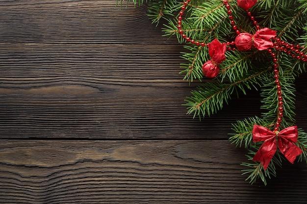 Dunkelbraune holztisch mit kiefer dekoriert weihnachten