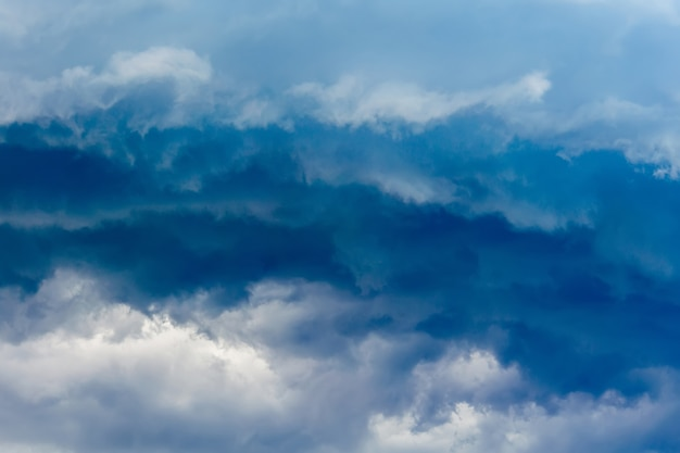 Dunkelgraue stürmische wolken