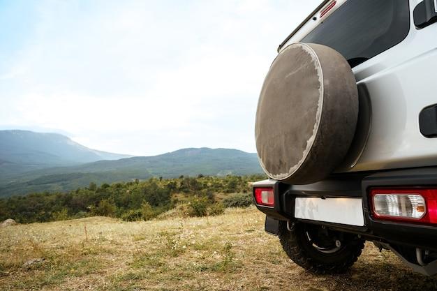 Dunkelgraues offroad-auto in den bergen