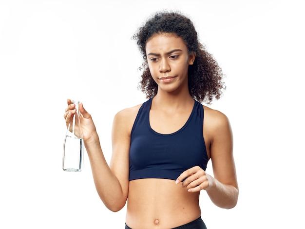 Dunkelhäutige afroamerikanerin posiert in einem trainingsanzug und treibt sport