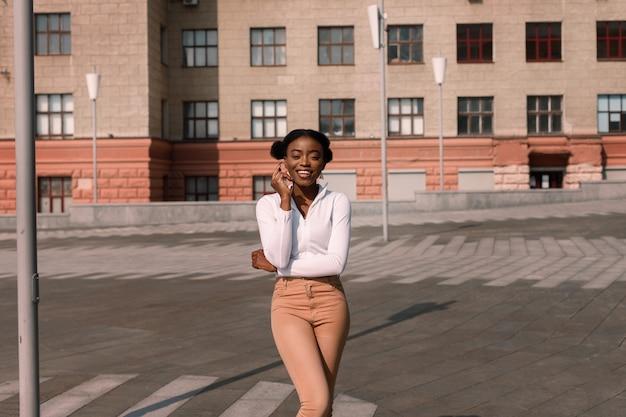 Dunkelhäutiger student an einem sonnigen tag in der stadt