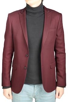Dunkelrote anzugjacke für männer, kombiniert mit jeanshosen auf weißem hintergrund.