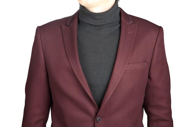 Dunkelrote anzugjacke für männer, lokalisiert auf weißem hintergrund, nahaufnahme.