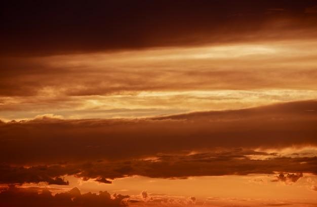 Dunkelrote stürmische wolken