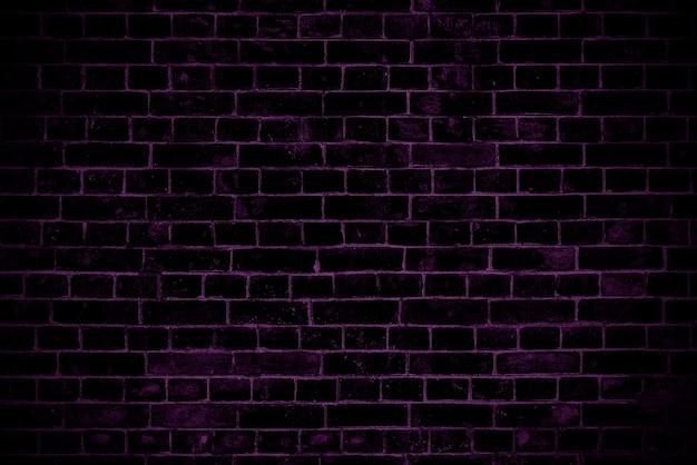Dunkelviolette mauer. loft innenarchitektur. violette farbe der fassade. architektonischer hintergrund.