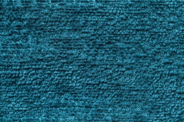 Dunkelvioletter flauschiger hintergrund aus weichem, flauschigem stoff. beschaffenheit der textilnahaufnahme