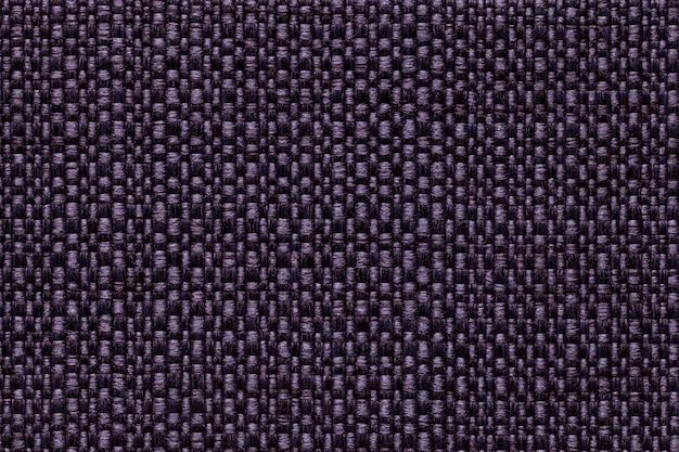 Dunkelvioletter textilhintergrund mit schachbrettmuster, nahaufnahme. struktur des stoffmakros.