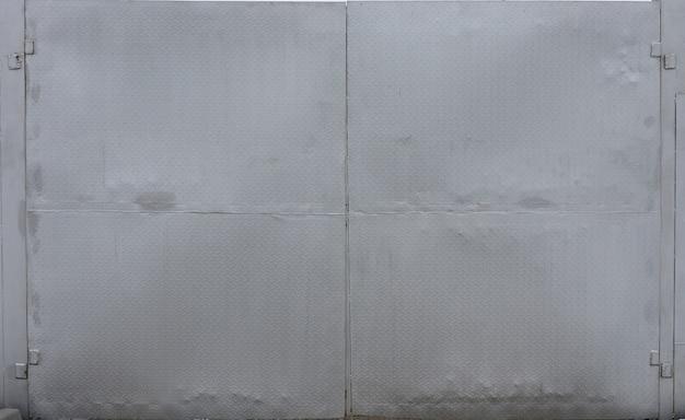 Dunkle aluminiumliste mit rautenformen. es ist silber mit rautenformen für designkunstwerk, hintergrundprodukt.
