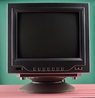 Dunkle beleuchtung eines retro-fernsehgeräts