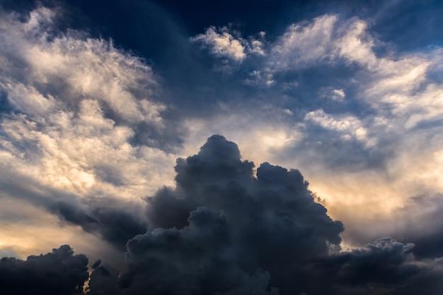 Dunkle farbwolke des sturms mit gelbem licht