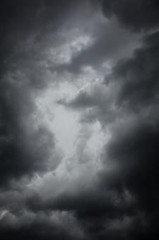 Dunkle gewitterwolken am himmel