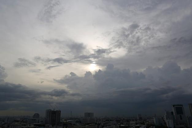 Dunkle gewitterwolken vor dem regen
