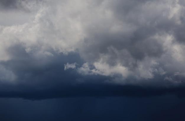 Dunkle gewitterwolken vor regen. sturmwolkenhintergrund vor regen. dunkle wolken. riesige schwarze wolken. bewölkter dunkler himmel.