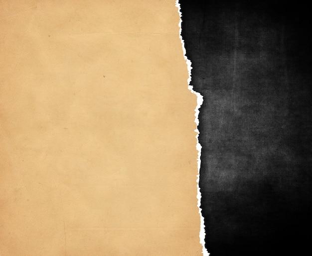 Dunkle grunge-stil-textur mit zerrissenem papier-overlay-hintergrund