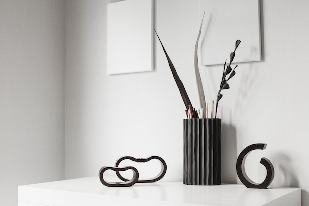 Dunkle hölzerne kerzenhalter und vase im weißen innenraum