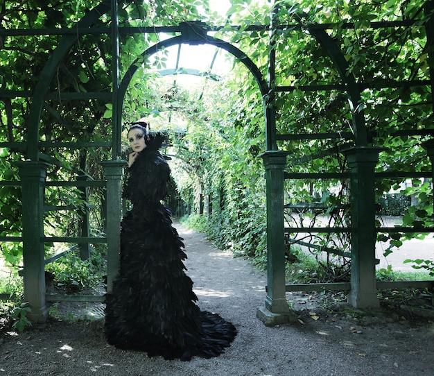 Dunkle königin im park