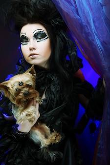 Dunkle königin mit kleinem hund