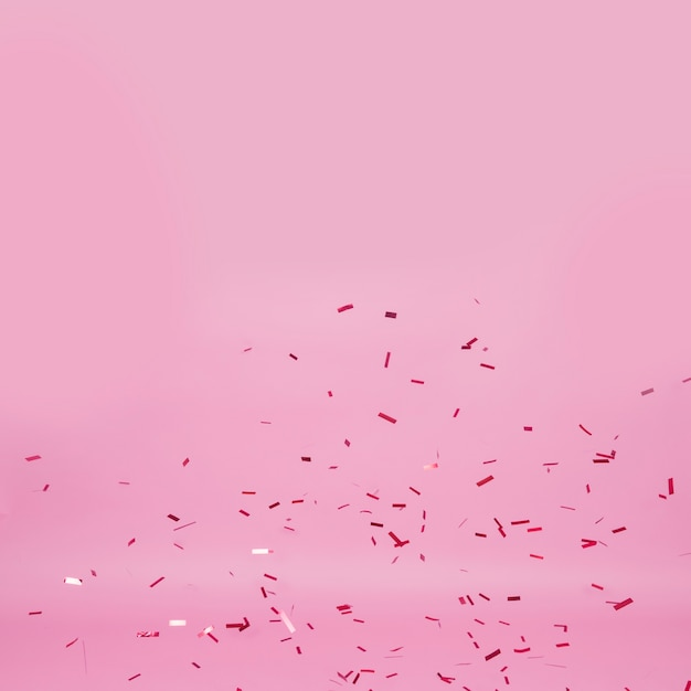Dunkle konfetti auf rosa hintergrund