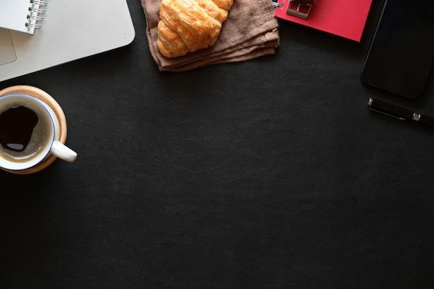 Dunkle lederne schreibtischtabelle des büros mit versorgungen und kopienraum