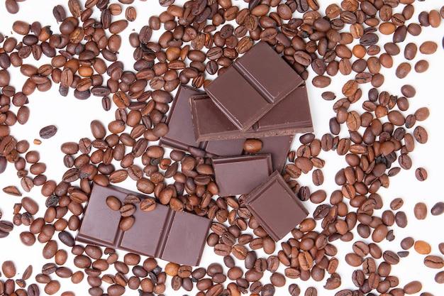 Dunkle milchschokolade und kaffeebohnen
