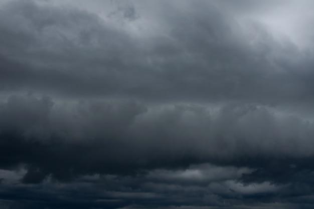 Dunkle regensturmwolken vor starkem regen.