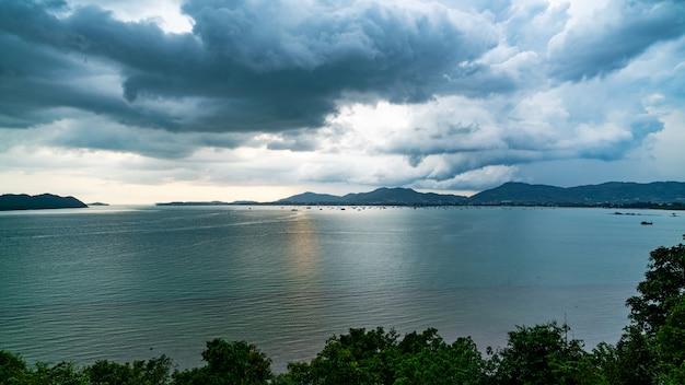 Dunkle regenwolke über dem meer vor starkem regensturm in der insel.