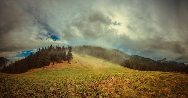 Dunkle regnerische wolken in der gebirgslandschaft. karpaten, ukraine
