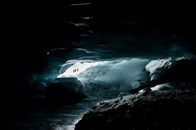 Dunkle schneebedeckte höhle