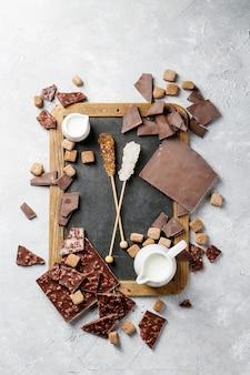 Dunkle schokolade mit braunem zucker