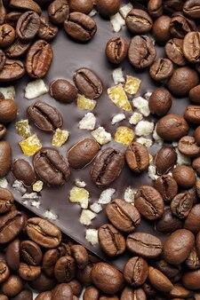 Dunkle schokolade mit kaffeekörnern und früchten