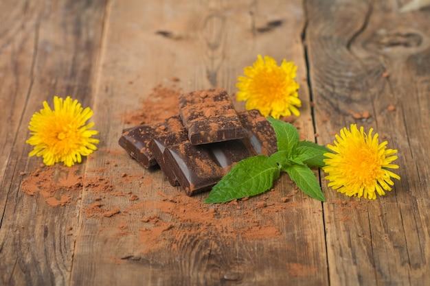 Dunkle schokolade mit minzblättern