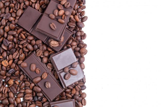 Dunkle schokolade und kaffeebohnen mit kopienraum
