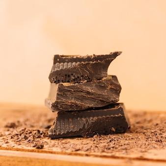 Dunkle schokolade und schokoladensplitter auf schneidebrett