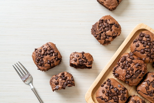 Dunkle schokoladenbrownies mit schokostückchen oben on
