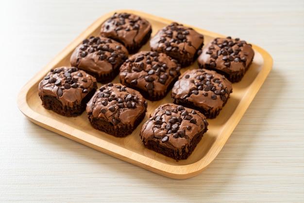 Dunkle schokoladenbrownies mit schokostückchen oben