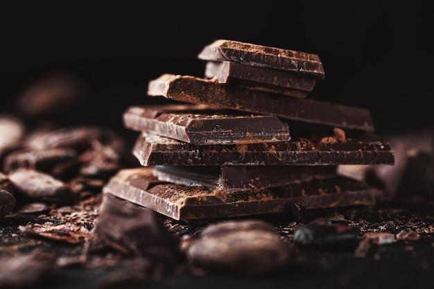 Dunkle schokoladenstücke auf dem tisch